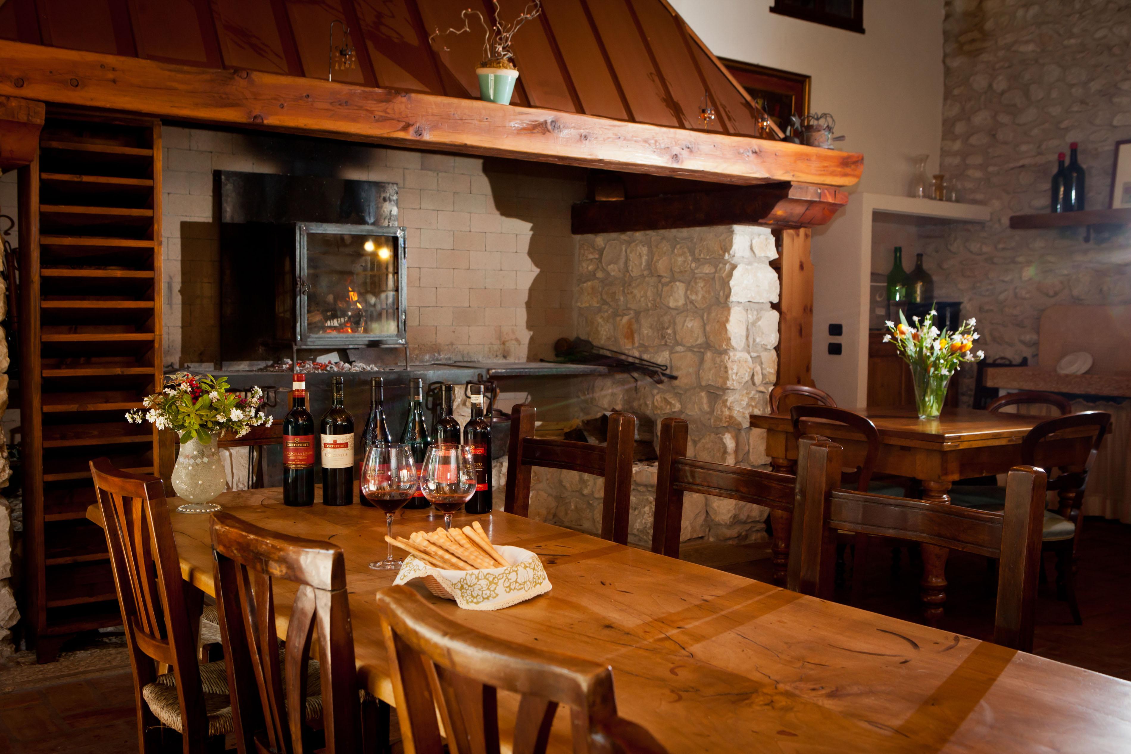 Sala degustazione corteforte cantina e agriturismo dal fascino medievale nel cuore della - Cucine con camino ...